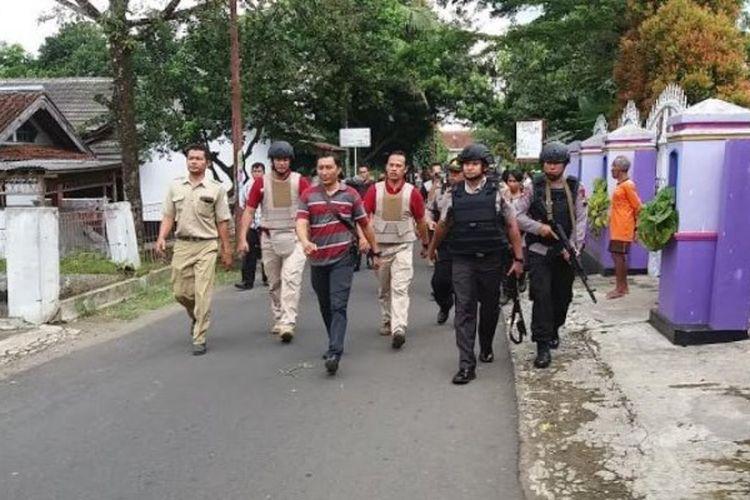 Polres Banyumas menggeledah rumah warga di Desa Karangaren, Kutasari Purbalingga, Selasa (11/4/2017), yang diduga terkait penyerangan anggota polisi.