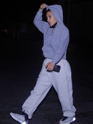 Kim Kardashian mengenakan training dan tanpa makeup saat membeli es krim.