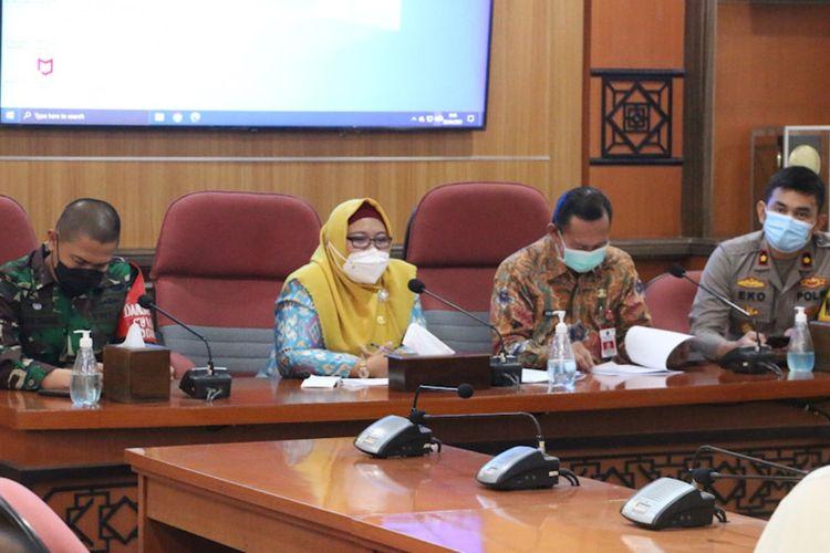 Wakil Bupati Gresik Aminatun Habibah (dua dari kiri) saat rapat koordinasi bersama Polri/TNI, dinas terkait, perwakilan dari Kantor Imigrasi Tanjung Perak, PJTKI, serta anggota Satgas penanganan Covid-19 Gresik, Jumat (23/4/2021).