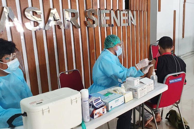 Layanan vaksinasi Covid-19 yang disediakan oleh PT Kereta Api Indonesia di Stasiun Pasar Senen, Jakarta.