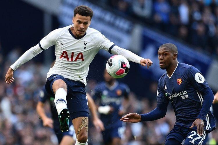 Dele Alli dibayang-bayangi Christian Kabasele dalam laga Tottenham vs Watford dalam lanjutan Liga Inggris di Stadion Tottenham Hotspur, 19 Oktober 2019.