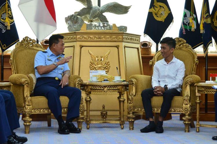 KSAU Marsekal TNI Yuyu Sutisna berbincang dengan Chaerul di Mabesau, Jakarta Timur, Selasa (21/1/2020).