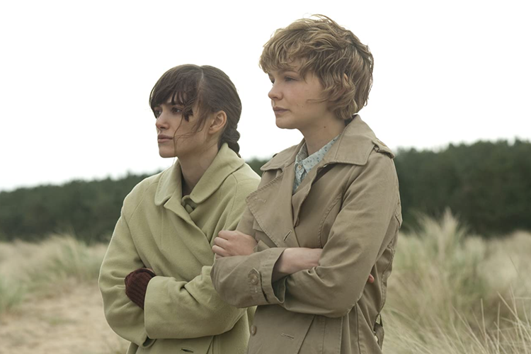 Keira Knightley dan Carey Mulligan dalam film fantasi Never Let Me Go (2010).