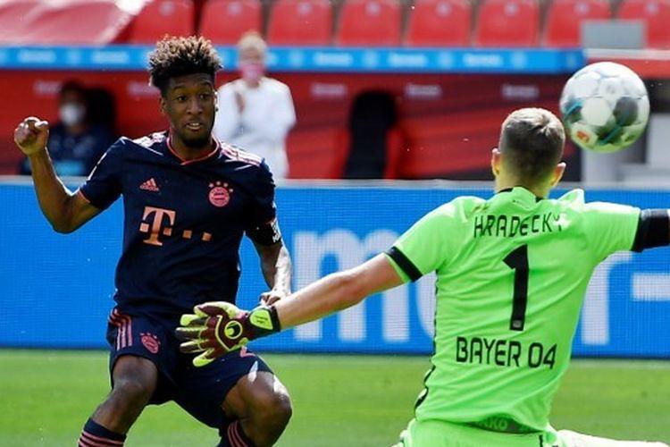 Pemain sayap FC Bayern Muenchen, Kingsley Coman, mencetak gol ke gawang Bayer Leverkusen yang dikawal Lukas Hradecky pada lanjutan kompetisi Bundesliga pekan ke-30 yang digelar di Stadion BayArena, Sabtu (6/6/2020).