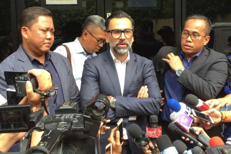 Jeremy Thomas didampingi tim kuasa hukumnya memberi keterangan kepada pers sesudah melaporkan delapan oknum polisi ke Sentra Pelayanan Propam Polri, Jakarta Selatan, pada Senin (17/7/2017), dengan dugaan menganiaya putranya, Axel Matthew Thomas.