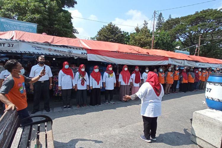 PKL Malioboro menyanyikan lagu Indonesia Raya di sisi Timur Jalan Malioboro, Selasa (1/6/2021)