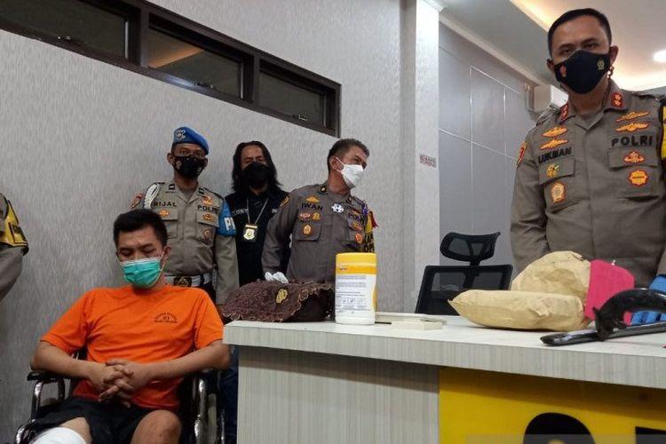 Kapolres Sukabumi AKBP Lukman Syarif menunjukkan tersangka pembunuhan berencana, TRB (24), warga Kampung Cikiwul RT 04/02, Desa Bojongsari, Kecamatan Jampangkulon, Kabupaten Sukabumi, Jabar.