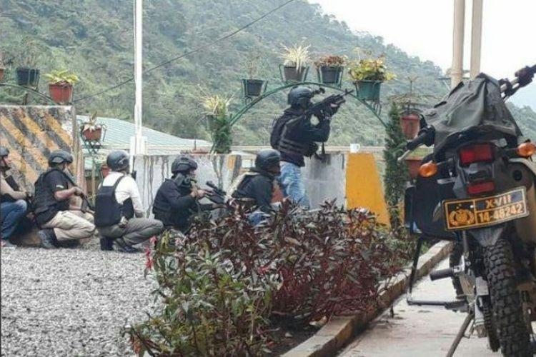 Anggota Timsus Brimob Polda Papua dan sejumlah anggota Polres Tembagapura yang menembak ke arah kelompok kriminal bersenjata di Tembagapura, Minggu (29/10/2017).