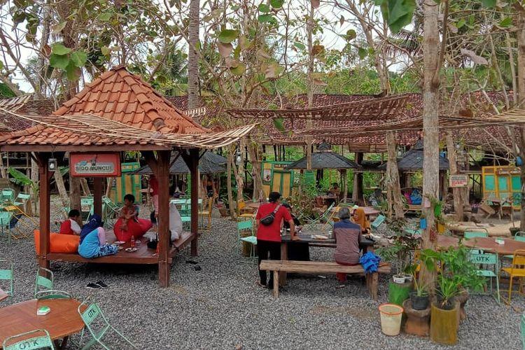 Tempat wisata di Kulon Progo - Area makan di Omah Cantrik, Kulon Progo, Yogyakarta.