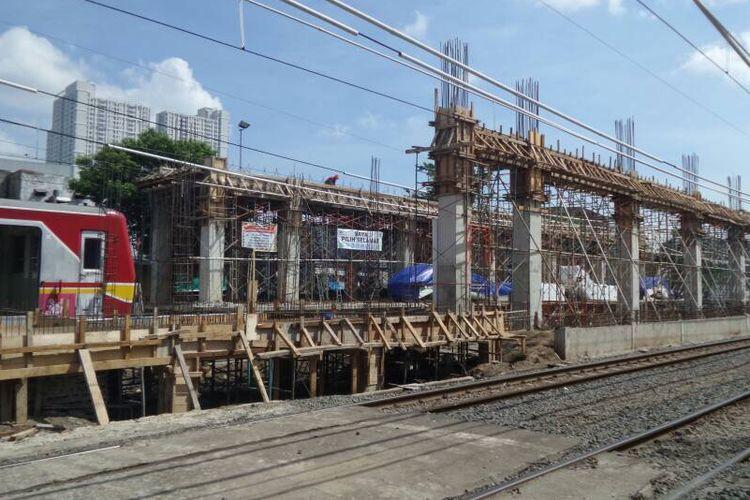 Suasana pengerjaan revitalisasi Stasiun Duri, Jakarta Barat, Rabu (31/5/2017). Revitalisasi dilakukan jelang operasional kereta Bandara Soekarno-Hatta yang ditargetkan pada pertengahan tahun 2017.