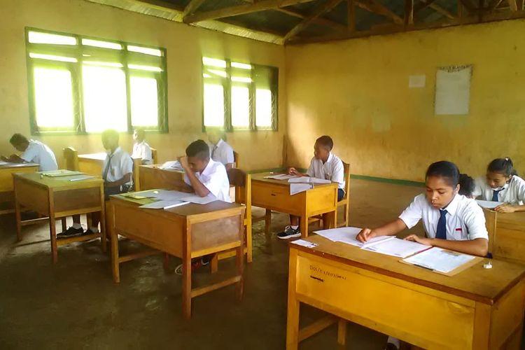Siswa SMPN II Kota Komba, Kecamatan Kota Komba, Kabupaten Manggarai Timur, Flores, NTT, Selasa, (23/4/2019) sedang mengerjakan soal Ujian Nasional Berbasis Kertas dan Pensil (UNBkP). (KOMPAS.com/MARKUS MAKUR)