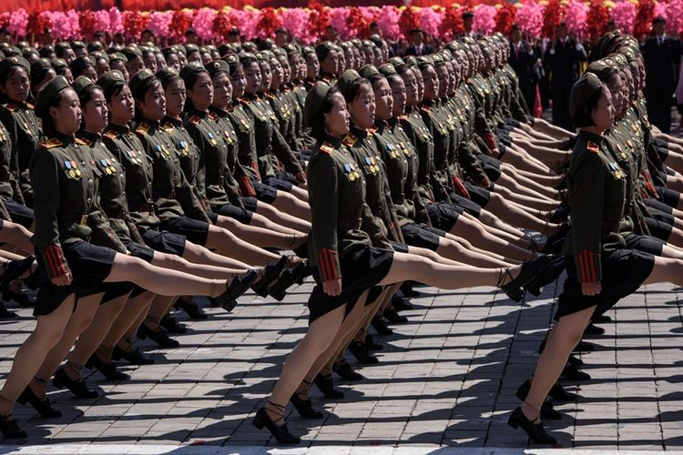 Personel perempuan Tentara Rakyat Korea (KPA) berbaris dalam parade militer yang digelar dalam rangka peringatan 70 tahun berdirinya Korea Utara di Alun-alun Kim Il Sung, Pyongyang, Minggu (9/9/2018).