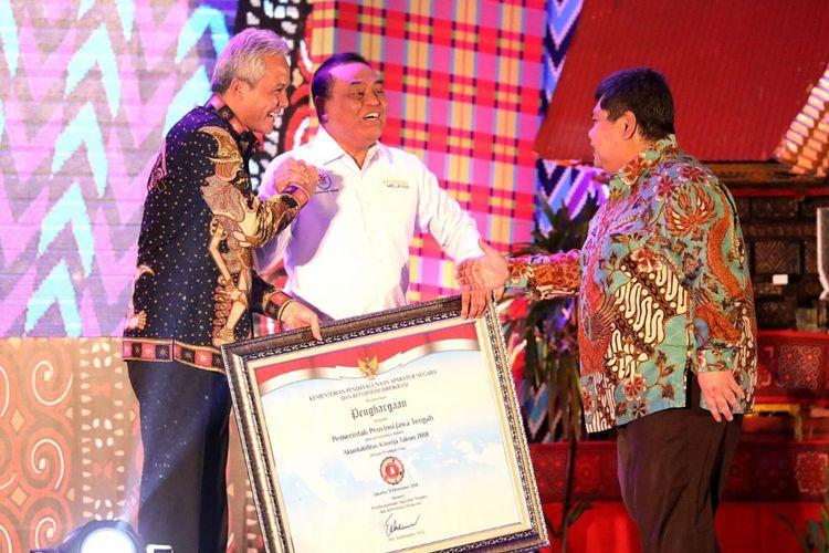 Menteri PANRB Syafruddin yang menyerahkan Sistem Akuntabilitas Kinerja Instansi Pemerintah (SAKIP) Award kepada Gubernur Jawa Tengah, Ganjar Pranowo, Rabu (19/2/2019).
