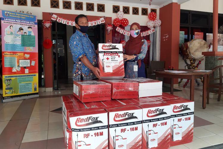 Alat penyemprotan cairan disinfektan yang diserahkan dari PMI Jakarta Utara ke pihak Kelurahan Kelapa Gading Timur