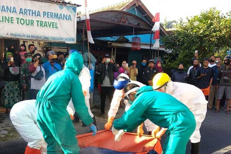 Evakuasi--Tim BPBD Kabupaten Madiun bersama tim Puskesmas Mojopurno turun ke lokasi mengevakuasi jenazah korban dengan alat pelindung diri standar Covid-19, Senin (27/7/2020).