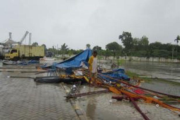 Hujan deras disertai badai yang mengguyur Kota Bengkulu sejak kemarin sore, mengakibatkan puluhan tenda panitia acara Bengkulu Expo rusak, satu wartawan TV lokal, Esa TV mengalami patah bahu kiri