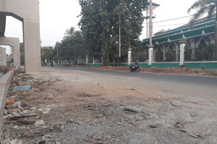 Jalan raya Kelapa Nias, Kelapa Gading yang nampak berantakan dan berpasir imbas pembangunan LRT, Minggu (05/08/2018).