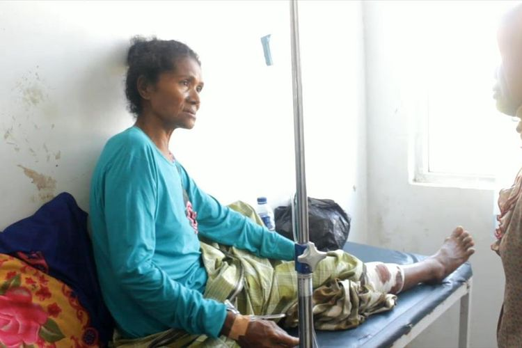 Wa Ode Ndeono (59),  warga Desa Bolo, Kecamatan Loghia, Kabupaten Muna, Sulawesi Tenggara, nyaris tewas setelah digigit dan dililit seekor ular piton dengan panjang sekitar 6 meter, saat hendak ke kebunnya, Minggu (28/7/2019) malam.