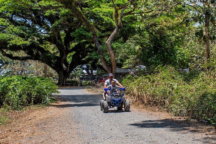 Pengunjung De Djawatan sedang naik ATV,