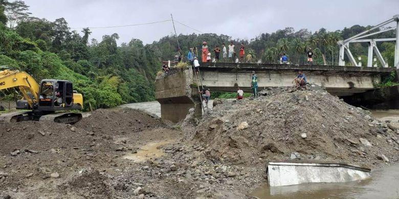 Sejumlah warga menyaksikan jembatan Waikaka yang ambruk di Desa Tala, Kecamatan Amalatu, Kabupaten Seram Bagian Barat Maluku, Jumat (20/6/2020)