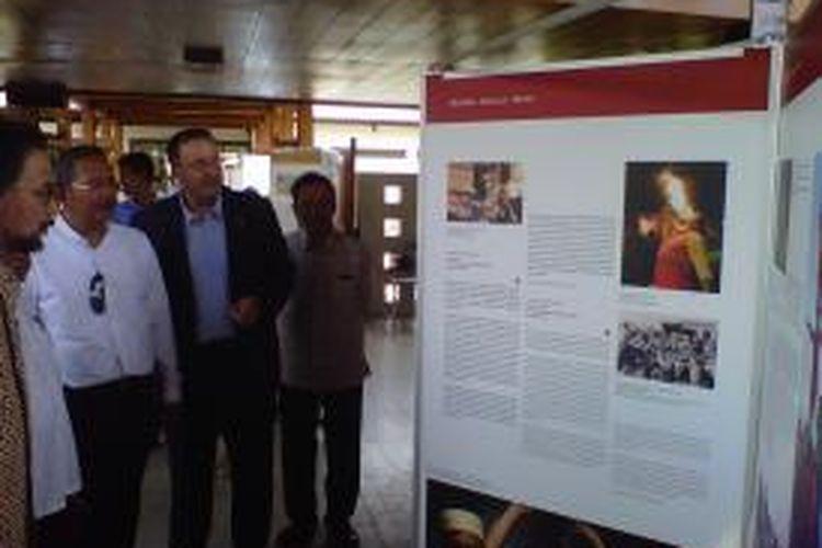Jorg Kinnan (jas hitam) Kepala Kebudayaan dan Bagian Informasi Kedutaan Jerman untuk Indonesia sedang menjelaskan poster yang berisi tentang informasi upaya konservasi di Maroko dalam Pameran Kebudyaan Dunia di Komplek Taman Wisata Candi Borobudur Magelang, Senin (12/10/2015).