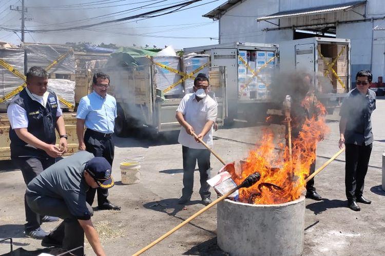 Direktorat Jenderal Perlindungan Konsumen dan Tertib Niaga (PKTN) Kementerian Perdagangan membakar sejumlah barang dari importir ilegal di Surabaya, Selasa (10/9/2019).