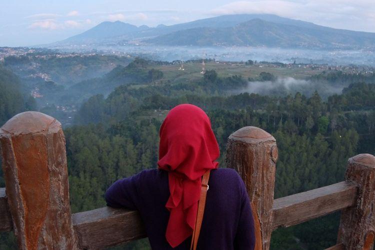 Wisatawan di Tebing Keraton, Bandung.