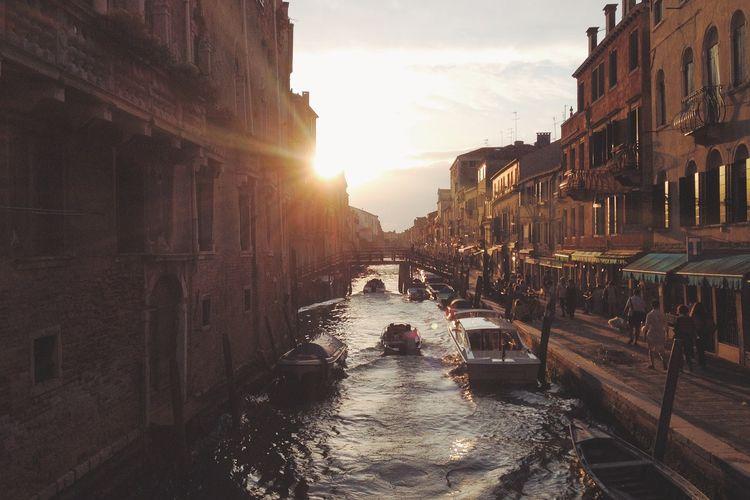 Venesia menjadi kota romantis di Italia yang terkenal dengan wisata gondolanya.