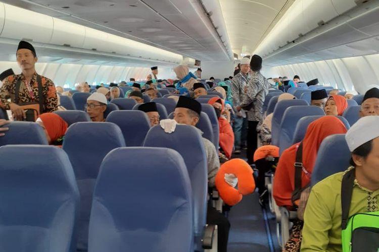 Jamaah umrah berada di kabin Airbus 330-900NEO.
