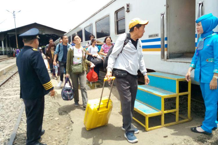 Meski tiga gerbong KA Argo Parahyangan anjlok, Rabu (24/1/2018), jadwal pemberangkatan kereta dari dan menuju Stasiun Bandung tidak terganggu.
