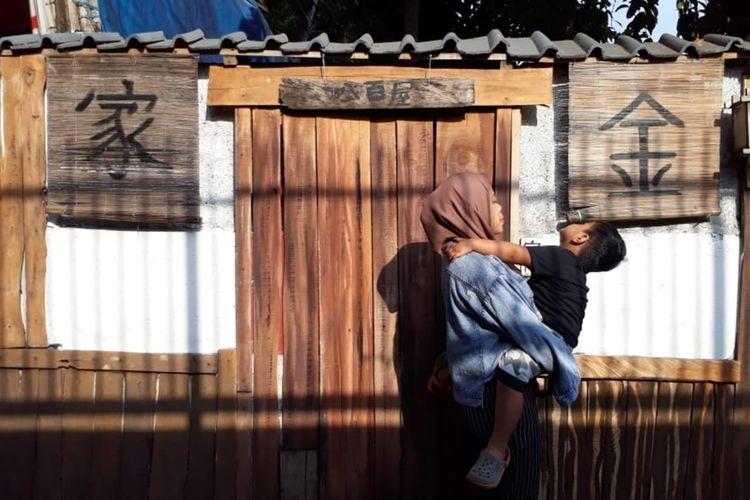 Wisatawan saat mendatangi dan berfoto di kampung tematik ala Jepang di Gang Kepatihan, Jalan Veteran, Kelurahan Kebon Kelapa, Kecamatan Bogor Tengah, Kota Bogor, Minggu (15/9/2019).