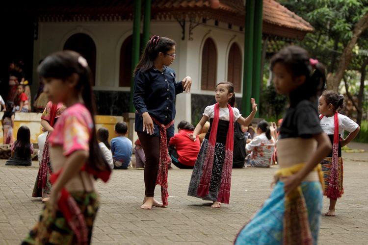 Ilustrasi pelatihan tari untuk anak di Kampung Budaya Betawi Setu Babakan, Jakarta DOK. Shutterstock/Jekahelu