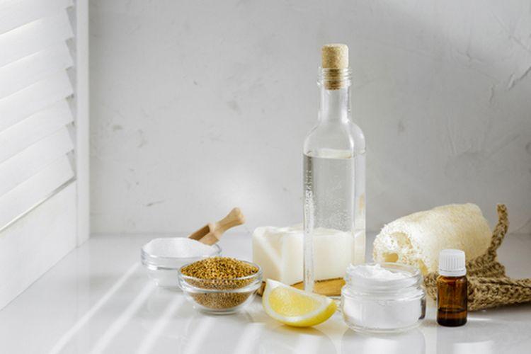 Cuka putih dapat dimanfaatkan untuk membersihkan berbagai benda di rumah. Namun, hati-hati, tidak semua benda dapat dibersihkan menggunakan cuka.