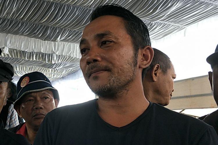David Koeswoyo usai pemakaman ayahnya Yon Koeswoyo di TPU Tanah Kusir, Jakarta Selatan, Sabtu (6/1/2018).