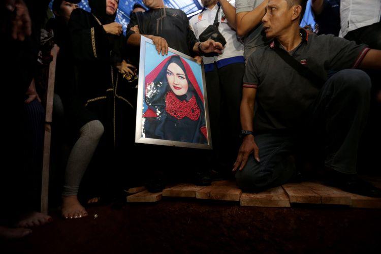 Suasana pemakaman jenazah artis peran dan penyanyi dangdut Julia Perez di TPU Pondok Ranggon, Jakarta Timur, Sabtu (10/6/2017). Julai Perez meninggal akibat menderita kanker serviks stadium empat.