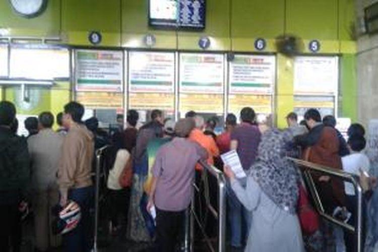 Loket pembelian tiket di Stasiun Gambir, Jakarta. Minggu (20/4/2014).