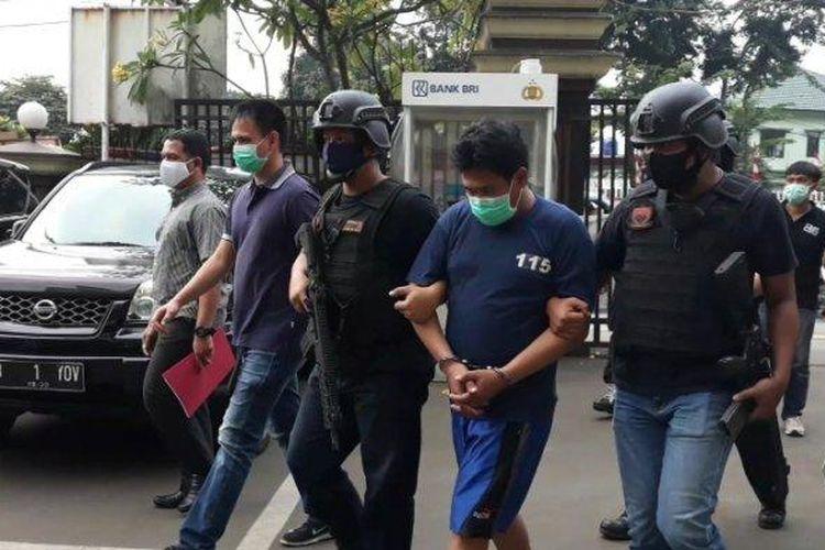 Pelaku penganiayaan RPP (12), Abdul Mihrab (40) saat digelandang ke Mapolrestro Jakarta Timur, Kamis (23/7/2020).
