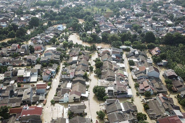 Foto udara banjir yang merendam perumahan Villa Jatirasa, Bekasi, Jawa Barat, Minggu (25/10/2020). Banjir akibat luapan kali Cikeas dengan ketinggian 60 cm - 2 meter memasuki pemukiman warga pada (24/10) pukul 23.00 WIB.