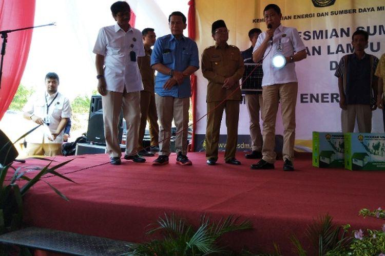 Menteri ESDM Ignasius Jonan menyerahkan unit lampu tenaga surya hemat energi (LTSHE) ke warga Jambi di Desa Kemingking Lama, Muaro Jambi, Senin (6/8/2018).