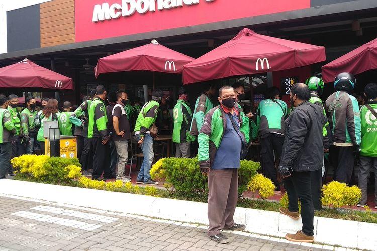 Ratusan driver ojek online menunggu berjam-jam di depan gedung Macdonald's di Jalan Sisingamangaraja, Medan pada Rabu (9/6/2021) siang. Orderan menu BTS Meal yang membludak membuat ratusan driver ojek online mengantre panjang dan berkerumun.