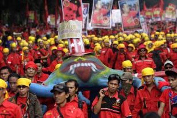 Buruh menggelar unjuk rasa memperingati Hari Buruh Internasional di depan Istana Negara, Jakarta, Kamis (1/5/2014). Mereka menuntut upah layak dan penghapusan sistem kerja alih daya.