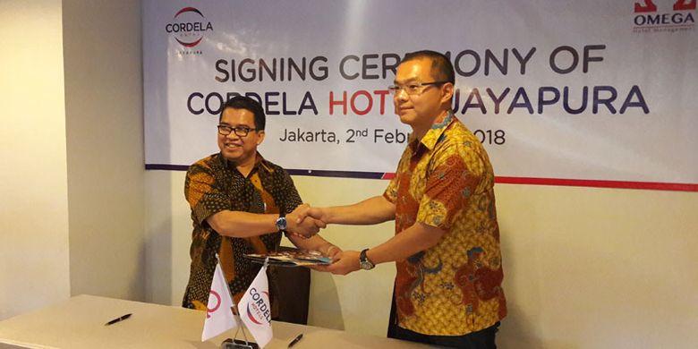 Penandatanganan kerja sama pembangunan Cordela Hotel Jayapura di Cordela Hotel Senen,  Jakarta, Jumat (2/2/2018) yang dilakukan oleh Hartarto (kanan) sebagai investor dan Operation Director OHM Aswin B Drajat (kiri).