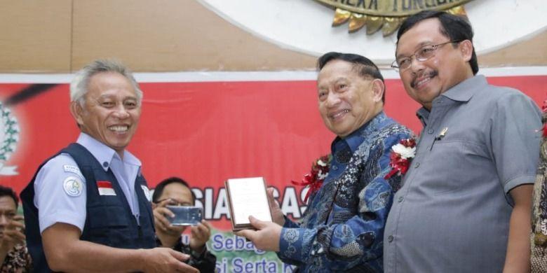Pemberian cenderamata oleh Ketua DPD IPKANI yang baru saja dilantik kepada Wakil Ketua MPR RI E. E. Mangindaan (Dok. MPR RI)