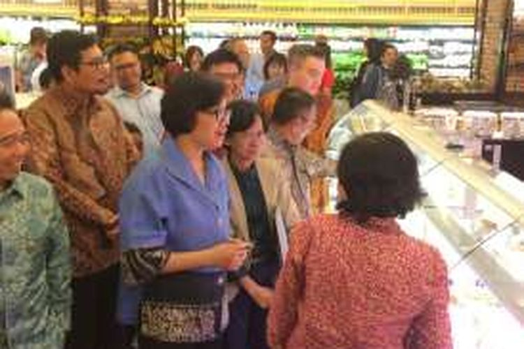 Menteri Keuangan Sri Mulyani saat mendatangi toko barang mewah di pusat perbelanjaan Pasific Place, Jakarta, Rabu (3/11/2016)