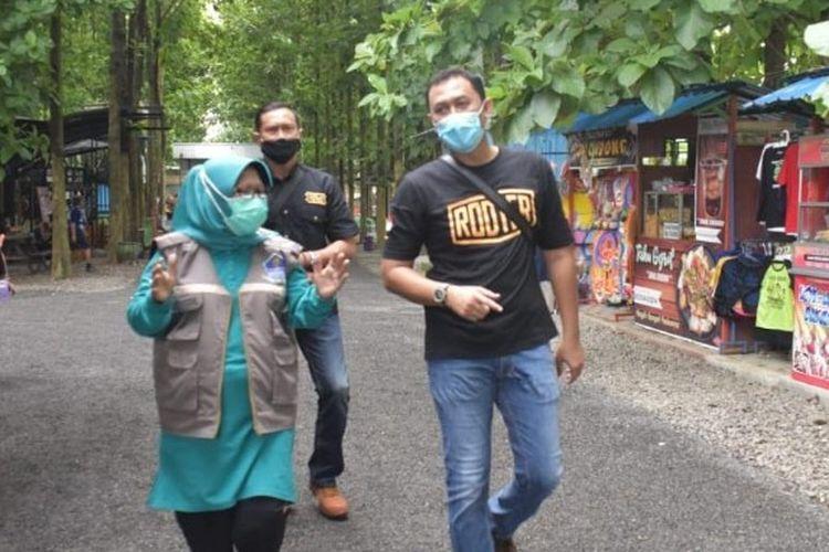 Bupati Tegal Umi Azizah meninjau salah satu tempat wisata jelang penutupan untuk mendukung gerakan Jateng di Rumah Saja, Jumat (5/2/2021) (Humas. Pemkab Tegal)