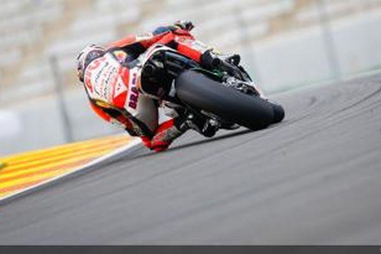 Pebalap LCR Honda, Stefan Bradl memacu motornya di Sirkuit Valencia pada sesi uji coba MotoGP, Rabu (13/11/2013).
