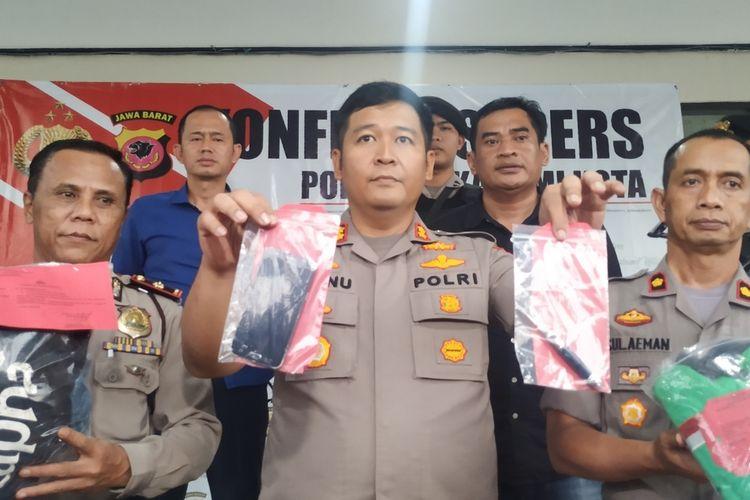 Kapolres Sukabumi Kota AKBP Wisnu Prabowo (tengah) menunjukkan barang bukti saat konferensi pers di Sukabumi, Jawa Barat, Rabu (8/1/2020).
