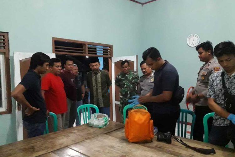 Anggota polisi memeriksa tengkorak yang ditemukam di Sungai Kemit/Kalong Desa Kedungjati, Kecamatan Sempor, Kabupaten Kebumen, Jawa Tengah, Minggu (29/12/2019) malam.