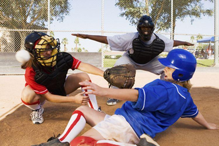 Ilustrasi mencetak gol permainan softball
