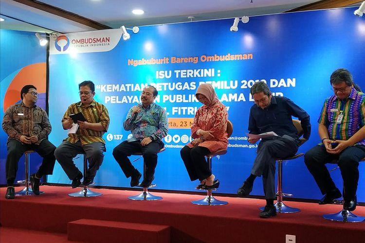 Anggota Ombudsman RI, Ahmad Alamsyah Saragih (kedua kanan) dalam sebuah acara di Gedung Ombudsman RI, Jakarta, Kamis (23/5/2019).
